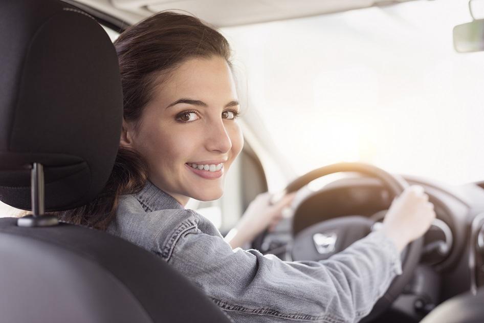 Kobieta ciesząca sie z wynajmu samochodu z wypożyczalni Carfree