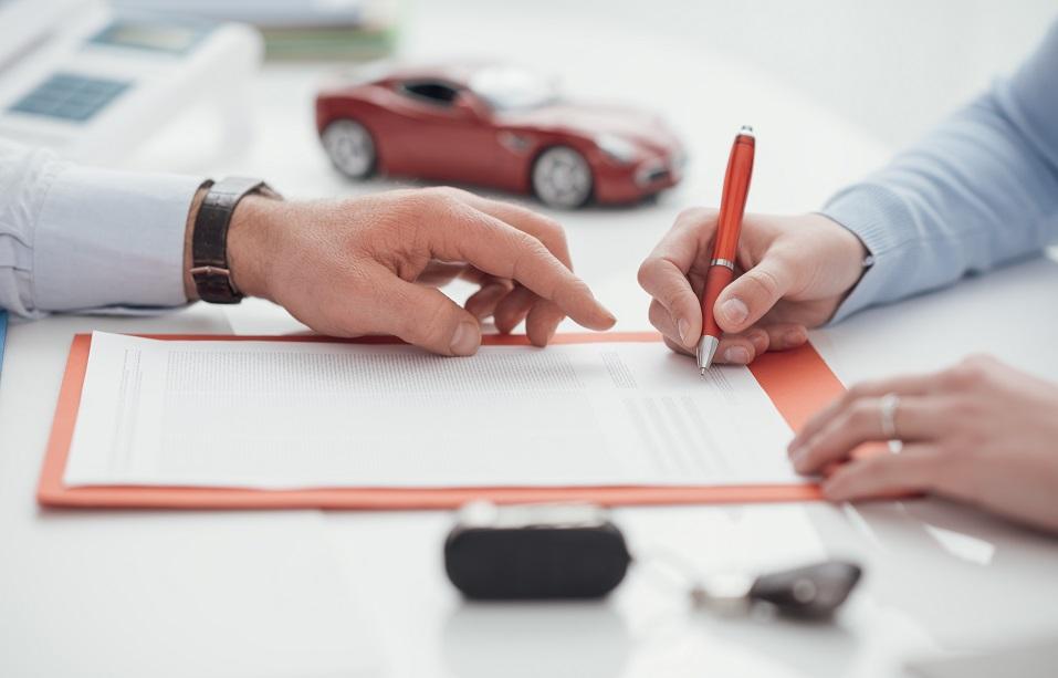 Podpisywanie umowy wynajmu samochodu