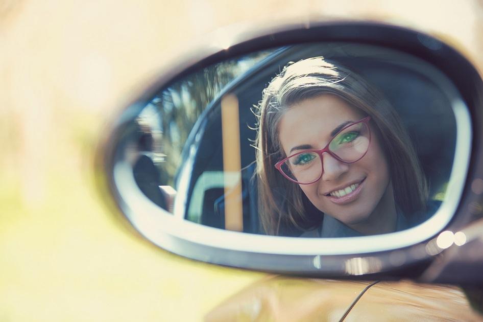 Zadowolona kobieta w samochodzie z wypożyczalni