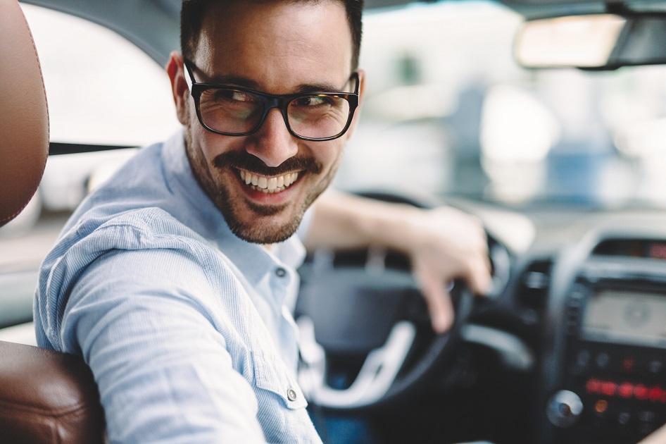 zadowolony mężczyzna z wynajmu samochodu